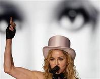 """<p>Foto de archivo de la cantante Madonna durante su gira """"Sticky and Sweet"""" en Madrid, 23 jul 2009. El primer contrato discográfico por 1 dólar de la leyenda del rock Jimi Hendrix y cintas eróticas de audio y video enviadas por Madonna a un ex guardaespaldas fueron subastadas el lunes. REUTERS/Susana Vera</p>"""