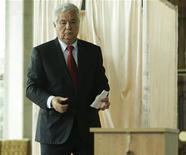 <p>Уходящий президент Владимир Воронин голосует на парламентских выборах президента в Кишиневе 3 июня 2009 года. Молдавия проводит в среду парламентские выборы, которые решат, сохранит ли страна партнерские отношения с Россией при коммунистах, либо с победой прорумынских правых сил будет выбран путь форсированной интеграции с Евросоюзом. REUTERS/Valery Korchmar</p>