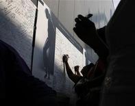 <p>Admiradores firman un muro en memoria de Michael Jackson en su pueblo natal de Gary, en Indiana, 10 jul 2009. ¿Es posible decir cuán felices somos todos? De acuerdo a científicos estadounidenses que han desarrollado una manera para medir la felicidad de millones de bloggers, si. Los científicos descubrieron que el día de la muerte de Michael Jackson fue uno de los más tristes, mientras que el de la última elección presidencial estadounidense fue el día más feliz en cuatro años. REUTERS/John Gress/Archivo</p>