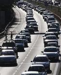 <p>Macchine in coda sulle strade dell'esodo estivo. REUTERS/Regis Duvignau</p>