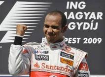 <p>Hamilton comemora vitória no GP da Hungria. O piloto está encantado que o resultado tenha melhorado a aura ao redor da equipe McLaren e espera também que mude o que vinha sendo uma temporada frustrante para a equipe. REUTERS/Leonhard Foeger</p>