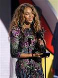 """<p>Foto de archivo de la cantante Beyonce con su trofeo al video del año por """"Single Ladies"""" en los premios BET en Los Angeles, EEUU, 28 jun 2009. La única carrera nocturna de la Fórmula Uno será probablemente la más ruidosa y melódica de este año con la aparición de Beyonce y otras estrellas de la música en el primer concierto """"F1 Rocks"""", dijeron el martes los organizadores. REUTERS/Mario Anzuoni</p>"""