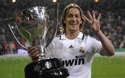 <p>O Real Madrid e o lateral-direito Michel Salgado chegaram a um acordo para rescindir o contrato do jogador, informou o clube espanhol em sua página na Internet (www.realmadrid.com) na terça-feira. REUTERS/Felix Ordonez</p>
