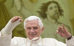 <p>El Papa Benedicto XVI durante su audiencia general en su residencia de Castelgandolfo en las cercanías de Roma, 5 ago 2009. Benedicto XVI tiene su propia página web, su canal de YouTube y está en la red social Facebook. Ahora, está a punto de sacar su primer disco. REUTERS/Chris Helgren</p>