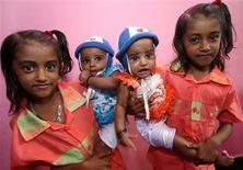 <p>Sur 2.000 familles, le village de Kodinji, dans l'Etat du Kerala (sud de l'Inde), abrite plus de 200 paires de jumeaux, au grand étonnement du corps médical qui peine à expliquer ce phénomène. /Photo prise le 28 juillet 2009/REUTERS/Arko Datta</p>