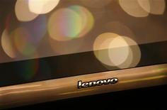 <p>Lenovo a déclaré une perte de 16 millions de dollars (11,1 millions d'euros) pour le premier trimestre de son exercice fiscal (avril-juin). Le quatrième constructeur mondial d'ordinateurs annonce que les mesures chinoises de relance de la consommation lui ont permis de réduire ses pertes, mais il reste prudent quant à la perspective d'une reprise durable de son activité. /Photo d'archives/REUTERS/Bobby Yip</p>