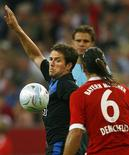 <p>A lesão também deixará o zagueiro argentino Martin Demichelis (em foto de arquivo) de fora das partidas da Argentina nas eliminatórias da Copa do Mundo contra o Brasil e Paraguai. REUTERS/Alexandra Beier</p>