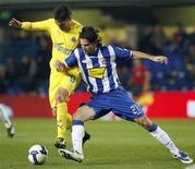 <p>Il capitano dell'Espanyol, Daniel Jarque a destra assieme al giocatore del Villarreal, Guillermo Franco nel corso di una partita qualche mese fa. REUTERS/Heino Kalis/Files</p>