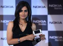 <p>Una modella presenta un modello della Nokia. REUTERS/Vijay Mathur</p>