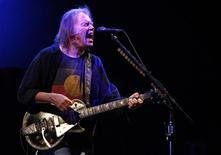 <p>Cantor canadense Neil Young em apresentação na Inglaterra. 26/06/2009. REUTERS/Luke MacGregor</p>