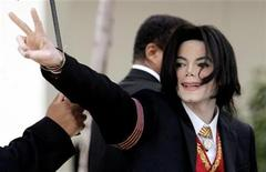 <p>Entertainer Michael Jackson gestures as he arrives for the second day of his child molestation trial in Santa Maria, California in this March 1, 2005 file photo. REUTERS/Robert Galbraith/Files</p>