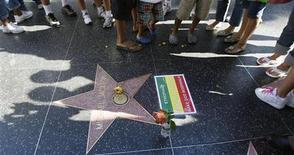 <p>Fan intorno alla stella di Michael Jackson lungo la Walk of Fame a Hollywood. REUTERS/Mario Anzuoni</p>