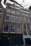 <p>La facciata della casa di Amsterdam in cui Anna Frank visse. REUTERS/Jerry Lampen</p>