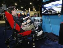 <p>Un giovane prova un videogame a un'esposizione di settore. REUTERS/Fred Prouser</p>