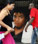 <p>Un ritratto di Michael Jackson fuori dall'Apollo Theater di New York, ad Harlem. REUTERS/Mike Segar (UNITED STATES ENTERTAINMENT SOCIETY)</p>
