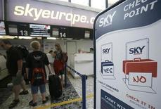 <p>Viaggiatori in coda a un chek-in della SkyEurope in un aeroporto. REUTERS/Herwig Prammer</p>