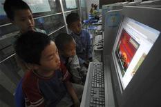 <p>Dei bambini cinesi giocano online in un internet cafe di Xiangfan, nella provincia di Hubei. REUTERS/Stringer</p>