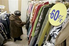 """<p>Женщина выбирает одежду в """"секонд-хэнде"""" в Ставрополе 3 марта 2009 года. Кризис заставил россиян осмотрительнее тратить деньги, хотя и не привел к кардинальному пересмотру потребительских настроений, на оживление которых надеются аналитики, прогнозируя восстановление экономики. REUTERS/Eduard Korniyenko</p>"""