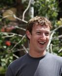 """<p>Imagen de archivo del fundador de Facebook, Mark Zuckerberg, en Sun Valley, Idaho, 9 jul 2009. La idea de Facebook de convertirse en un """"servicio público"""" que ofrece actividades para mantener a la gente en línea durante horas podría entrar en colisión con los gigantes de la internet. En los últimos días, la red social número uno del mundo renovó su motor de búsqueda y compró una empresa que algunos califican como rival del exitoso servicio de microblogs Twitter. También está probando una versión con las funciones básicas de su servicio para incrementar el crecimiento en otros mercados y está desarrollando un sistema de pago electrónico. REUTERS/Rick Wilking</p>"""