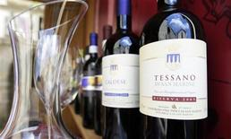 <p>Wine is displayed for sale at a shop in San Marino August 12, 2009. REUTERS/Stefano Rellandini</p>