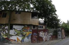 <p>The summer house of Turkish pensioner Osman Kalin created by the 84-year-old man on land he seized from East Germany in 1983, is pictured in Berlin August 11, 2009. REUTERS/Tobias Schwarz</p>