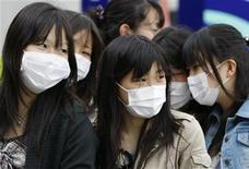 <p>Japanese high school students wearing masks in Tokyo May 17, 2009. REUTERS/Toru Hanai</p>
