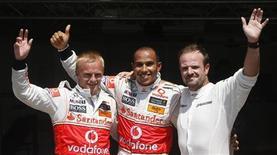 <p>O finlandês Kovalainen e o inglês Hamilton, ambos da McLaren, e o brasileiro da Brawn GP Barrichello posam em Valencia após se classificarem para as primeiras três posições da largada no GP da Europa. REUTERS/Albert Gea</p>