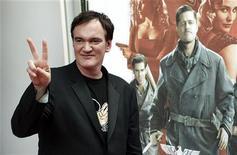 """<p>Il regista Quentin Tarantino davanti a un cartellone del suo ultimo film """"Inglourious Basterds"""". REUTERS/Mark Blinch (CANADA ENTERTAINMENT)</p>"""