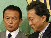 <p>Японский премьер-министр Таро Асо (слева) позирует фотографам с лидером Демократической партии во главе с Юкио Хатоямой на серии дебатов в Токио 17 августа 2009 года. Демократическая партия, которая, по всей видимости, победит на парламентских выборах в Японии в следующее воскресенье, готова в течение трех недель сформировать кабинет с тем, чтобы новый премьер-министр смог принять участие в Генеральной Ассамблее Организации Объединенных Наций (ООН). REUTERS/Toru Hanai</p>