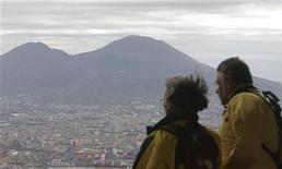 <p>Due turisti ammirano il Vesuvio. REUTERS/Dario Pignatelli (ITALY)</p>