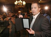 """<p>Steve Haber, le président de la division """"livre numérique"""" de Sony, présente le """"Reader Daily Edition"""", sa première liseuse électronique sans fil. Cet appareil, équipé d'un écran tactile d'une diagonale de 7 pouces et d'une puce sans fil permettant de se connecter au réseau 3G en haut débit des opérateurs télécoms mobiles, Il sera commercialisé aux Etats-Unis à partir du mois de décembre pour un prix de 399 dollars. /Photo prise le 25 août 2009/REUTERS/Brendan McDermid</p>"""