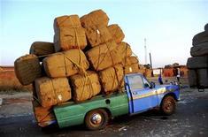 <p>Foto de archivo de un camión cargado de tabaco en Kasungu, Malaui, 24 ago 2009. El consumo de tabaco causará la muerte de 6 millones de personas el próximo año debido al cáncer, la enfermedad cardíaca, el enfisema y otras dolencias, indicó un informe de la Sociedad Estadounidense del Cáncer publicado el martes. REUTERS/Eldson Chagara</p>