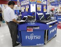 <p>Le groupe japonais de services informatiques Fujitsu supprimera jusqu'à 1.200 emplois au Royaume-Uni afin de répondre à un chiffre d'affaires plus faible que prévu. /Photo prise le 30 juillet 2009/REUTERS/Yuriko Nakao</p>