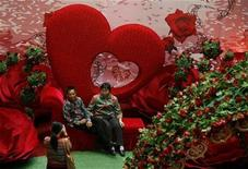 <p>El Día de San Valentín es una celebración universal del amor, pero algunos chinos están reavivando su patrimonio al mantener una antigua y romántica fiesta lunar. Los días festivos como el de San Valentín, Navidad y hasta el Día de Acción de Gracias de Estados Unidos, son aceptados en el país debido al creciente número de profesionales chinos prósperos y occidentalizados. REUTERS/Bobby Yip</p>