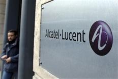 <p>Alcatel-Lucent flambait à la Bourse de Paris mercredi, profitant d'un relèvement de recommandation de Natixis et d'une rumeur de prise de participation d'un acteur chinois au capital du groupe. /Photo d'archives/REUTERS/Charles Platiau</p>