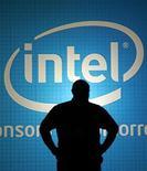 <p>Un hombre frente del logo de Intel durante un evento en Taipei, 3 jun 2009. Intel Corp elevó el viernes su meta de ingresos del tercer trimestre, debido a una demanda mayor a la prevista de microprocesadores y sets de chips, en una nueva señal de que la demanda de computadoras está volviendo a subir. REUTERS/Pichi Chuang</p>