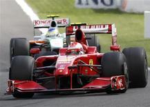 <p>À frente de Fisichella, Kimi Raikkonen conduz Ferrari para 1a vitória da temporada no GP da Bélgica.30/08/2009.REUTERS/Yves Herman</p>