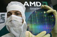 <p>Un tecnico dell'Amd posa con un wafer in un impianto a Dresda. REUTERS/Fabrizio Bensch</p>
