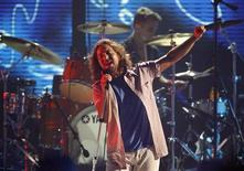 <p>Eddie Vedder of Pearl Jam performs at the taping of the third annual VH1 Rock Honors: The Who concert in Los Angeles July 12, 2008. The concert airs on VH1 on July 17. REUTERS/Mario Anzuoni</p>
