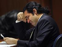<p>Anand Jon Alexander chora enquanto lê sua sentença de no mínimo 59 anos de prisão. O estilista Anand Jon pega prisão perpétua por crimes sexuais.31/08/2009.REUTERS/Mark Boster/Pool</p>