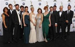 """<p>Foto de archivo del elenco de la serie """"Mad Men"""", durante la entrega de los premios Emmy en Los Angeles, 21 sep 2008. La costumbre de beber en la oficina y las bromas molestas de """"Mad Men"""" continuarán por una cuarta temporada en AMC el próximo verano boreal, anunció el martes la cadena de cable. REUTERS/Mike Blake</p>"""