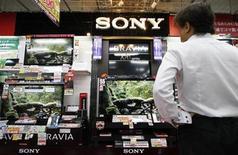 <p>Sony Corp anunció que venderá una planta de ensamblaje de televisores LCD en México a la taiwanesa Hon Hai Precision Industry, en un intento por recortar costos al reducir su producción y reorganizar sus deficitarias operaciones de televisores. El segundo mayor fabricante mundial de televisores LCD después de Samsung Electronics Co Ltd no reveló los términos financieros del acuerdo, pero analistas en Taiwán estimaron que podría rondar los 4.000 millones de dólares taiwaneses (121 millones de dólares). REUTERS/Toru Hanai/Archivo</p>
