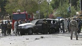 <p>Афганские полицейские осматривают место взрыва боевика-смертника в городе Мехтарлам 2 сентября 2009 года. По меньшей мере 23 человека погибли в результате взрыва экстремиста- смертника на востоке страны, сообщил Сайид Ахмед Сафи, представитель администрации вилайета Лагман. REUTERS/Stringer</p>