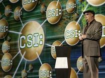 """<p>Foto de archivo de Anthony Zuiker, productor ejecutivo del programa televisivo CSI, durante una rueda de prensa en Las Vegas, EEUU, 9 jul 2007. ¿Es un libro? ¿Es una película? ¿Es una página web? De hecho, es las tres cosas. Anthony Zuiker, creador de la serie de televisión estadounidense """"CSI: Crime Scene Investigation"""", va a lanzar lo que llama una """"diginovela"""" que combina los tres medios y revoluciona la producción tradicional de libros. REUTERS/Rick Wilking</p>"""