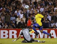 <p>Luis Fabiano chuta para marcar o terceiro gol do Brasil contra a Argentina em Rosario 05/09/2009 REUTERS/Santiago Pandolfi</p>