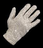 <p>Un guanto bianco appartenuto alla pop star Michael Jackson venduto all'asta in Australia per 49.000 dollari. REUTERS/Bonhams & Goodman/Handout</p>