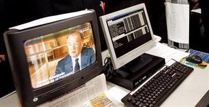 <p>Les téléspectateurs américains utilisent de plus en plus la télévision et internet de manière simultanée, montre une étude du cabinet de recherche Nielsen. /Photo d'archives/REUTERS</p>
