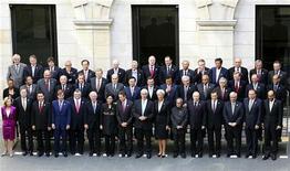"""<p>Групповое фото министров финансов стран """"Большой двадцатки"""" на саммите в Лондоне 5 сентября 2009 года. Министры финансов и главы центробанков стран """"Большой двадцатки"""" договорились бороться с чрезмерными аппетитами банкиров, приведшими к возникновению жесточайшего финансового кризиса, сохраняя в силе антикризисные программы до тех пор, пока в мировой экономике не наметятся признаки устойчивого роста. REUTERS/Lefteris Pitarakis/Pool (BRITAIN BUSINESS POLITICS)</p>"""