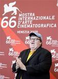 """<p>Американский режиссер Майкл Мур на кинофестивале в Венеции 6 сентября 2009 года. Капитализм - зло! К такому выводу приходит знаменитый американский документалист Майкл Мур в своей новой картине """"Капитализм: История любви"""", премьера которой состоялась в это воскресение на Венецианском кинофестивале. REUTERS/Tony Gentile</p>"""