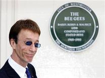 <p>Robin Gibb, da banda Bee Gees, posa para foto em frente a edifício em Londres. Os dois irmãos remanescentes da banda Bee Gees estão se preparando para tocar juntos novamente, seis anos após a morte do terceiro irmão e membro da banda.10/05/2008.REUTERS/Luke MacGregor</p>